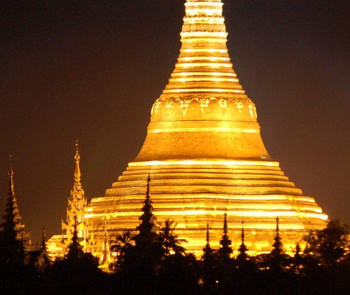 Die als Wahrzeichen des ganzen Landes geltende Shwedagon Pagode bietet besonders bei Nacht einen spektakulären Anblick.