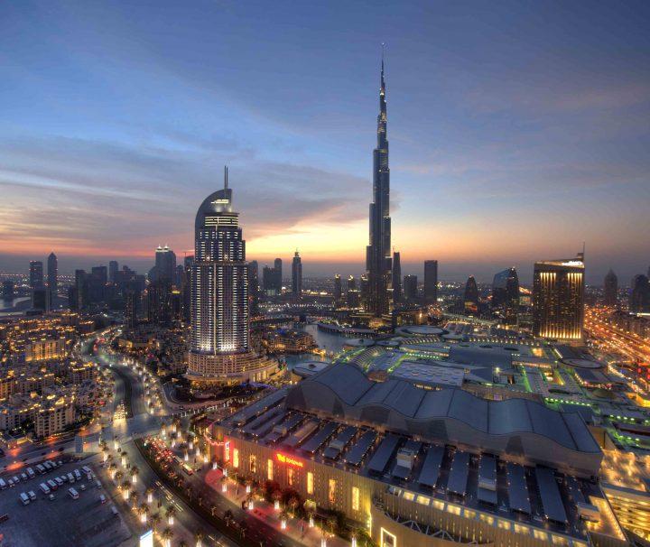 Die Metropole Dubai bei Anbruch der Nacht
